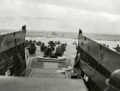 Landing van Amerikaanse militairen bij Omaha Beach vanuit een landingsvaartuig van de U.S. Coast Guard.