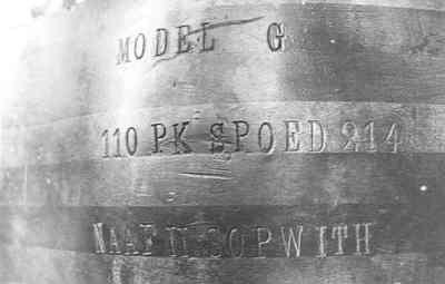 Detail van een propeller van een Sopwith 1 1/2 Strutter, met de ingegraveerde tekst: 'MODEL G; 110 PK SPOED 214; NAAF II SOPWITH'.; De propeller moet afkomstig zijn van een van de vijf tijdens de Eerste Wereldoorlog...