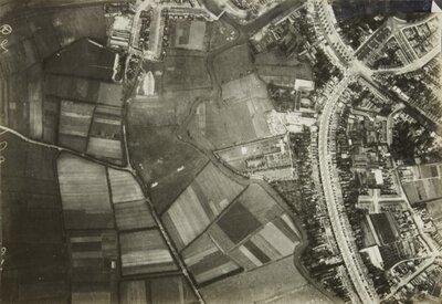 Luchtfoto van Breda, recht van onder naar boven de Baronielaan met in de bocht de Heilig Hart van Jezuskerk.De kruising rechts boven is de vijfsprong           van; Baronielaan, Wilhelminastraat, Parkstraat,...