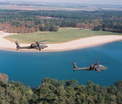 Twee Apaches in de vlucht.