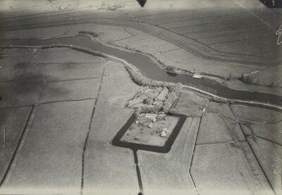 Luchtfoto van Abcoude, de voormalige hofstede Kievitsheuvel aan de Voetangelweg langs het riviertje Holendrecht, gezien vanuit zuidelijke richting.