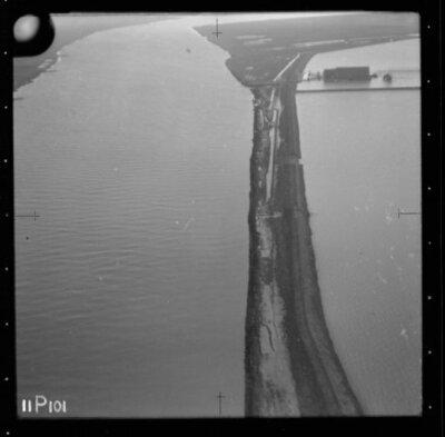 Image from object titled Luchtfoto van een gedeelte van het tijdens de Watersnoodramp van 1953 getroffen gebied.; Let op: de beschrijving van deze foto is nog niet volledig en zal in een later stadium op basis van de...