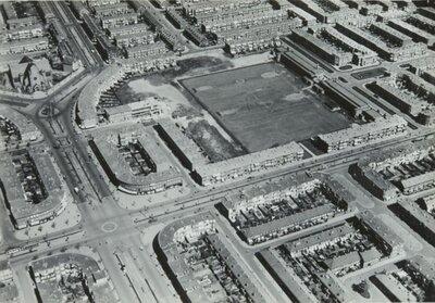 Luchtfoto van Den Haag.Midden de kruising van de Zuiderparklaan (links-rechts) met de Escamplaan (onder) en de Apeldoornselaan (boven) en de sportvelden aan de           Nijkerklaan.Links boven de Sint-Theresia van...
