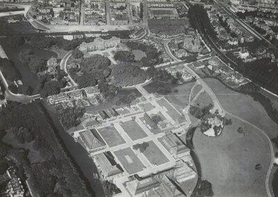 Luchtfoto van Den Haag (Scheveningen), het Westbroekpark.Het terrein van de Indische Tentoonstelling.Rechtsboven de Nieuwe Badkapel           aan de Nieuwe Duinweg.