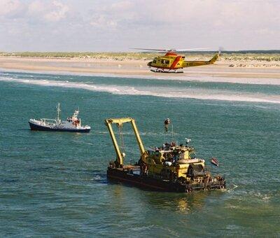 Reddingsdemonstratie met een Agusta-Bell en de Heffesant van Rijkswaterstaat. De Carlot van de KNRM ligt erachter.