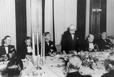 Diner t.g.v. 25-jarig bestaan NEVESBU, 1960. V.l.n.r. vadm L. Brouwer (BDZ), dhr. V.d. Pols (dir. RDM), Ir. S.H. Visser (Mindef), dhr. Baars (dir. Werkspoor), vadm W.J.           Kruys (VOM), dhr. Van Daalen (dir. WF)