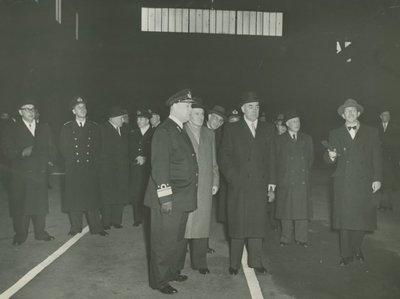 Bouw van de <i>Dolfijn</i> (1954-1960) en de <i>Zeehond</i> (1954-1961) bij de Rotterdamsche Droogdok Maatschappij.<br>De kiellegging In de           onderzeebootloods.<br>Van links naar rechts:<br>secretaris-generaal...
