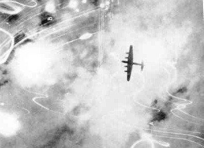 Image from object titled Silhouet van een viermotorige bommenwerper tijdens een aanvalsvlucht boven het doelgebied. De lichteffecten zijn afkomstig van zoeklichten, uiteenspattend luchtafweer en           exploderende...