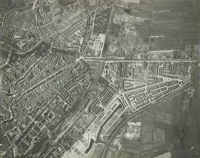 Luchtfoto van Utrecht.Links onder het station Utrecht Centraal met daar boven de drie administratiekantoren van de Nederlandse           Spoorwegen.Links midden de Domtoren en daarboven (boven het water) het...
