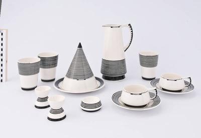 Ontbijtservies van wit aardewerk met zwarte beschildering