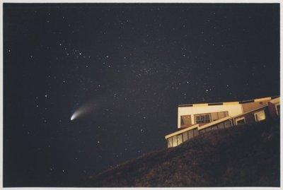 Noordelijk vanaf de Noorderpier, zuidelijk vanuit Wijk aan Zee. <br> De komeet Hale-Bopp boven Hoge Duin.; NL-HlmNHA_559_041977_016; Provinciale Atlas - Foto's NL-HlmNHA_559_041977_016