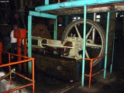 Een eencilinder horizontale stoommachine, gefabriceerd door Machinefabriek N.V. Ingelse en co aan de Nieuwe Haven, draaiend in een suikerfabriek in Watullis op           Java.; Uitsluitend digitaal beschikbaar