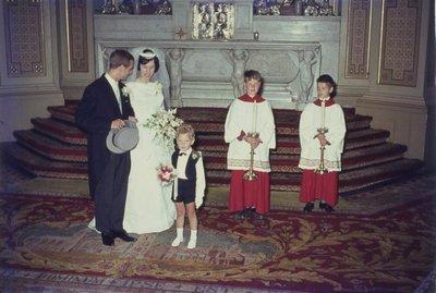 In de r.k. Johannes de Doperkerk (Havenkerk) aan de Lange Haven 72 wordt op 28 mei 1964 het kerkelijk huwelijk voltrokken tussen M.A.A.van der Moezel en C.C. Ruts. Hier een           statiefoto voor het marmeren...
