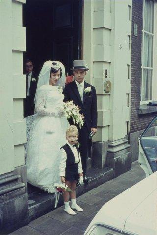 In de r.k. Johannes de Doperkerk (Havenkerk) aan de Lange Haven 72 wordt op 28 mei 1964 het kerkelijk huwelijk voltrokken tussen M.A.A.van der Moezel en C.C. Ruts. Na afloop           vertrekt men vanuit de pastorie aan de...