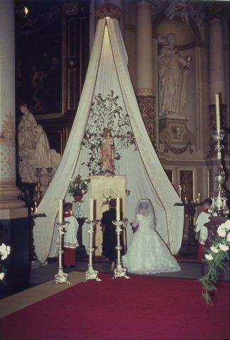 In de r.k. Johannes de Doperkerk (Havenkerk) aan de Lange Haven 72 wordt op 28 mei 1964 het kerkelijk huwelijk voltrokken tussen M.A.A.van der Moezel en C.C. Ruts. Hier het           gebed tot Maria. Deze opstelling met...