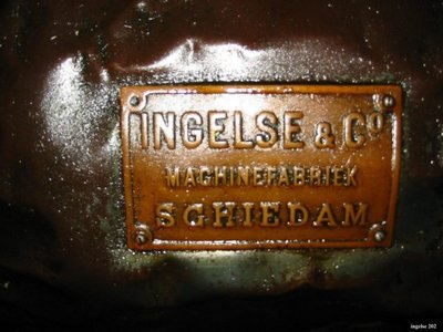 Gepolijste naamplaat van de fabriek op het lichaam van een eencilinder horizontale stoommachine, gefabriceerd door Machinefabriek N.V. Ingelse en co aan de Nieuwe Haven,           draaiend in een suikerfabriek in Watullis...