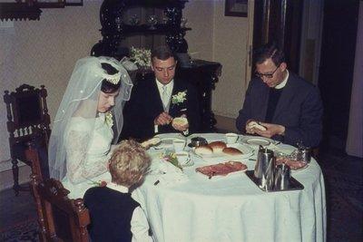 In de r.k. Johannes de Doperkerk (Havenkerk) aan de Lange Haven 72 wordt op 28 mei 1964 het kerkelijk huwelijk voltrokken tussen M.A.A.van der Moezel en C.C. Ruts. Na afloop           ontbijt in de pastorie aan de...