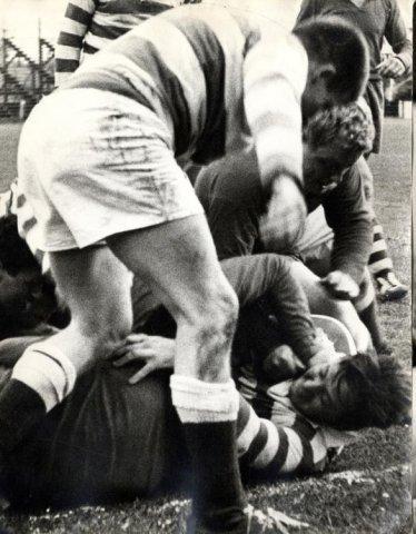 Image from object titled Beeld van een demonstratie rugby op het SVV terrein aan de Havendijk, tijdens de sportweek 1962. Afgebeeld in SG jrg.14 pag.93