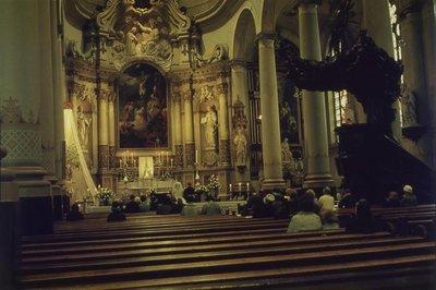 Interieur van de r.k. Johannes de Doperkerk (Havenkerk) aan de Lange Haven 72 op 28 mei 1964. Het is de oudst bekende kleurenfoto van het interieur. De foto toont de           sluiting van het kerkelijk huwelijk tussen...
