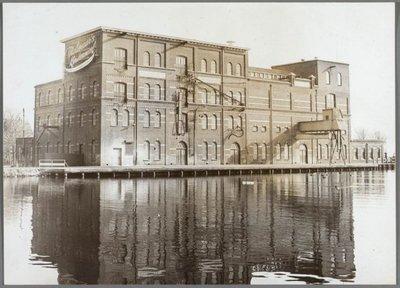 Image from object titled Westzaan Vaartdijk Nauernasche Vaart, fabrieksgebouw Nooitgedacht van N.V. P. Molenaar en Co's Meelfabrieken (Molenaar's Kindermeel) een bedrijf dat zich toelegde op het           maken van een...