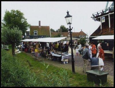 """Zaandam Kalverringdijk. Folkloremarkt op de Zaanse Schans te Zaandam. Sedert 1968 vindt op de 3e zaterdag van augustus traditiegetrouw de jaarlijkse Folkoredag plaats op de           """"Zaanse Schans"""". Fokloristische markt..."""