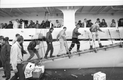 Image from object titled In Rotterdam werd door 800 à 900 havenwerkers in het stukgoed gestaakt voor een betere CAO. Een 120-tal Rotterdamse havenwerkers kwam naar Flushing Stevedoring, waar het           toegangshek werd...