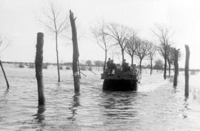 vervoer over het geïnundeerde terrein met een Brits Terrapin amfibievoertuig
