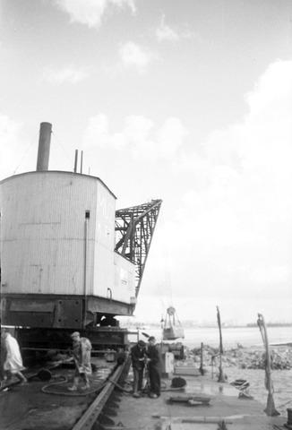 dijkherstel; kraan op een ponton