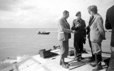 dijkherstel; leidinggevenden bij de droogmaking bekijken vanaf een Beetle de werkzaamheden. Derde van links: ir. N. Biezeveld (geb. 1909), één der ingenieurs van de Dienst           Droogmaking Walcheren