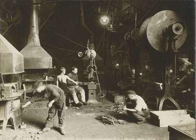 Image from object titled Arbeiders in atelier van een metaalbewerkingsbedrijf, ook kinderen werken