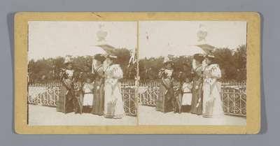 Vier vrouwen met een kind in een park