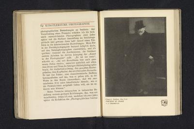 Fotoreproductie van een foto door Edward Steichen, voorstellend een portret van William Merritt Chase; Portrait W. Chase