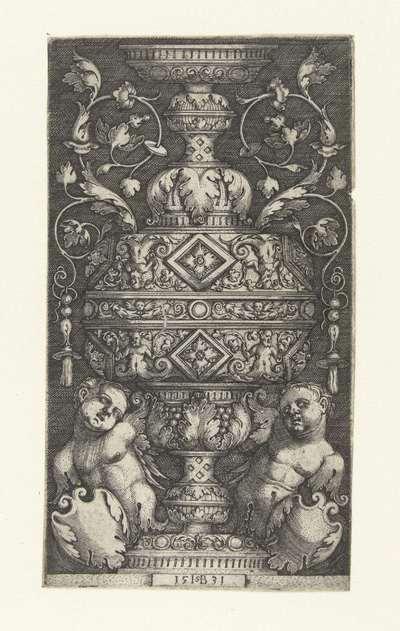 Vlakdecoratie met dubbele bokaal en onderaan twee putti