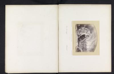 Fotoreproductie van een tekening van een man en een vrouw voor een brandende stad waaruit mensen wegtrekken; Das Brandopfer