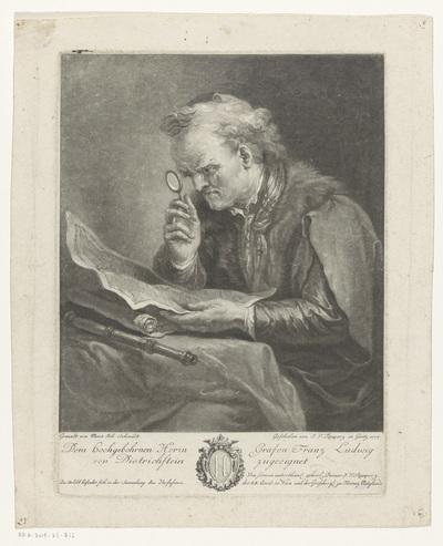 Man bestudeert een kaart met een vergrootglas