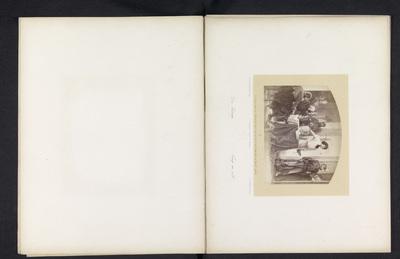 Fotoreproductie van een tekening van een man die vermoedelijk een lot uit een vaas pakt te midden van soldaten; Die Losung