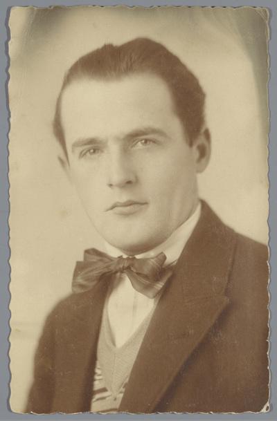 Portret van een onbekende man met een vlinderdas