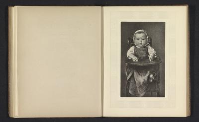 Fotoreproductie van een prent naar een schilderij met een kind in een kinderstoel door Ludwig Knaus