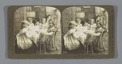 Kinderen spelen met speelgoedtheeservies; The Tea Party