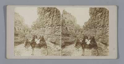 Kinderen op een ezel in een bergachtig landschap