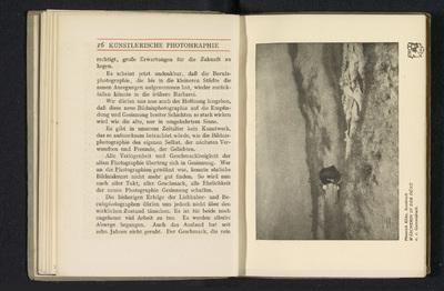 Fotoreproductie van een foto door Heinrich Kühn, voorstellend een wasvrouw in de duinen; Wäscherin in der Düne