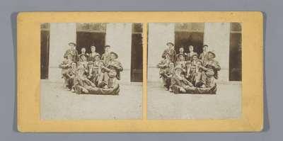 Portret van een groep onbekende jongens voor een gebouw