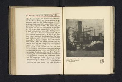 Fotoreproductie van een foto door Alvin Langdon Coburn, voorstellend de haven van Londen; Hafen von London