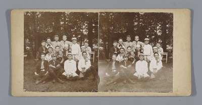 Portret van een groep onbekende jongens in welpenkostuum