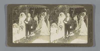 Bruid loopt aan de arm van oudere man; The Bride