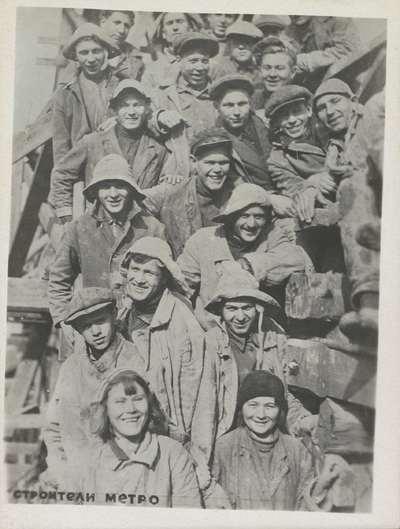 Image from object titled Groepsportret van de bouwers van de Moskouse metro; Bouwers van de metro