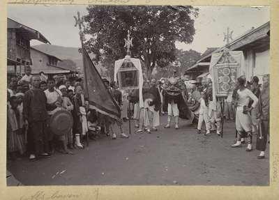 Image from object titled Optocht met een draak en vaandels tijdens Chinees Nieuwjaar op Ambon; Optocht met draak ter gelegenheid van de chineesche verjaardag Ambon