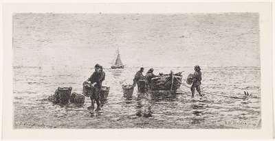 Vissers halen een sloep leeg op het strand