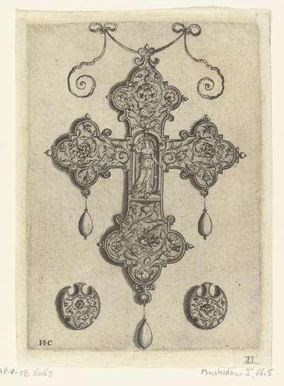 Voorzijde van een kruisvormige hanger, met Spes in nis; Hangers met arabesken en figuren
