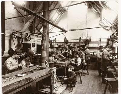 Image from object titled Arbeiders aan een werkbank in een fabriek